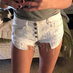 Adorable white button up edgy shorts!!
